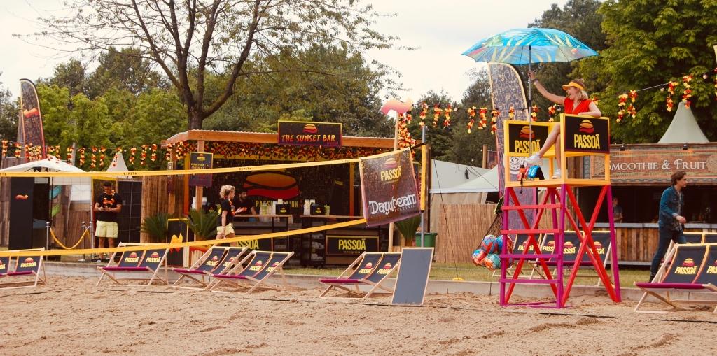 Beach cocktilabar op festival met extra attributen