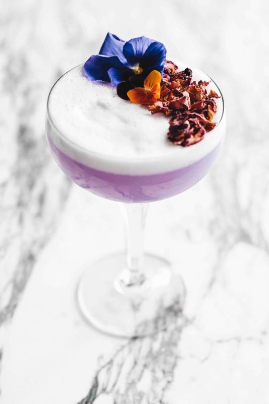 paarse aviation cocktail met mooie garnituur