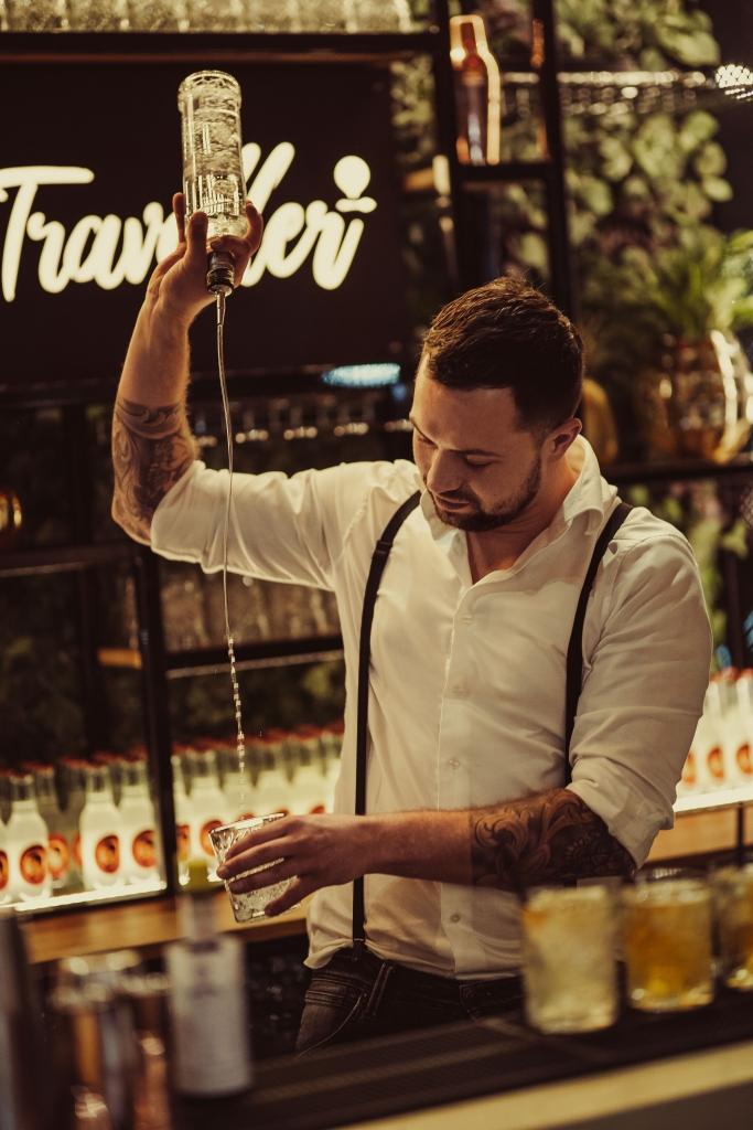 Cocktailshaker achter een cocktailbar die verschillende cocktails maken!