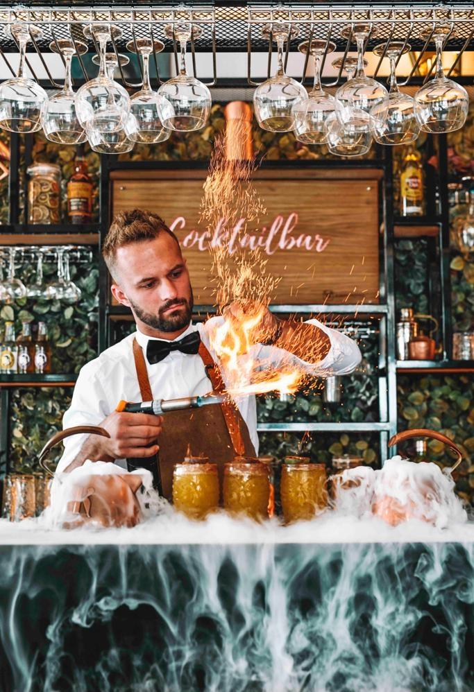 cocktailshaker die Tiki cocktails maakt met vuur garnering