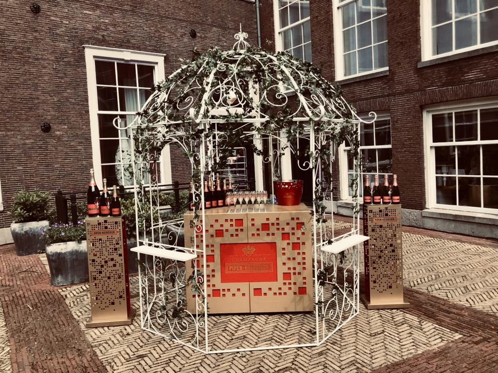 Champagne bar voor een sierlijke bruiloft met cocktails